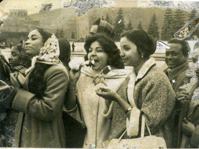 Enjoying Ice-cream in Mascow in front of the Kremlin. In the picture are Rowshan Jamil, Dalia Nilufar, Farida Khanam, Laila Arjumand and Abdul Alim behind her.